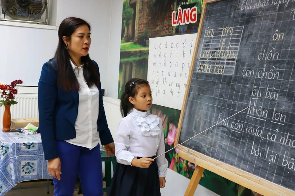 Thăm lớp học tiếng Việt của cô Vũ Thị Thơm tại làng Staritskogo