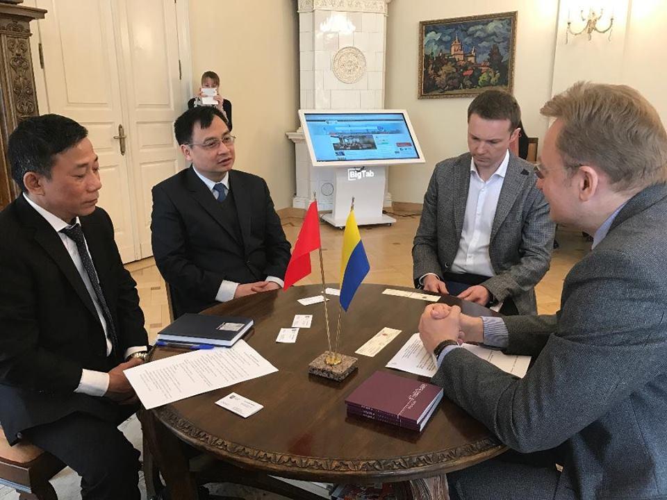 Đại sứ quán Việt Nam tại Ukraina thăm và làm việc tại tỉnh Lvov