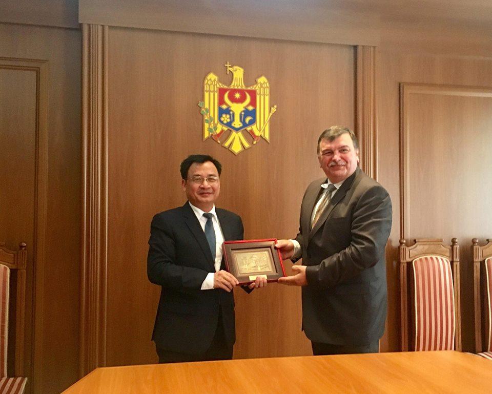 Đại sứ Đặc mệnh Toàn quyền Nguyễn Anh Tuấn trình Ủy nhiệm thư lên Tổng thống Moldova Igor Dodon