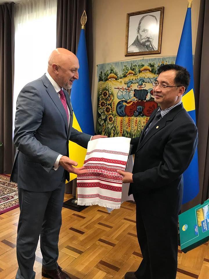 Đại sứ quán Việt Nam tại Ukraina thăm, làm việc với lãnh đạo tỉnh Poltava và dự lễ khai mạc Hội chợ Sorochinskiy