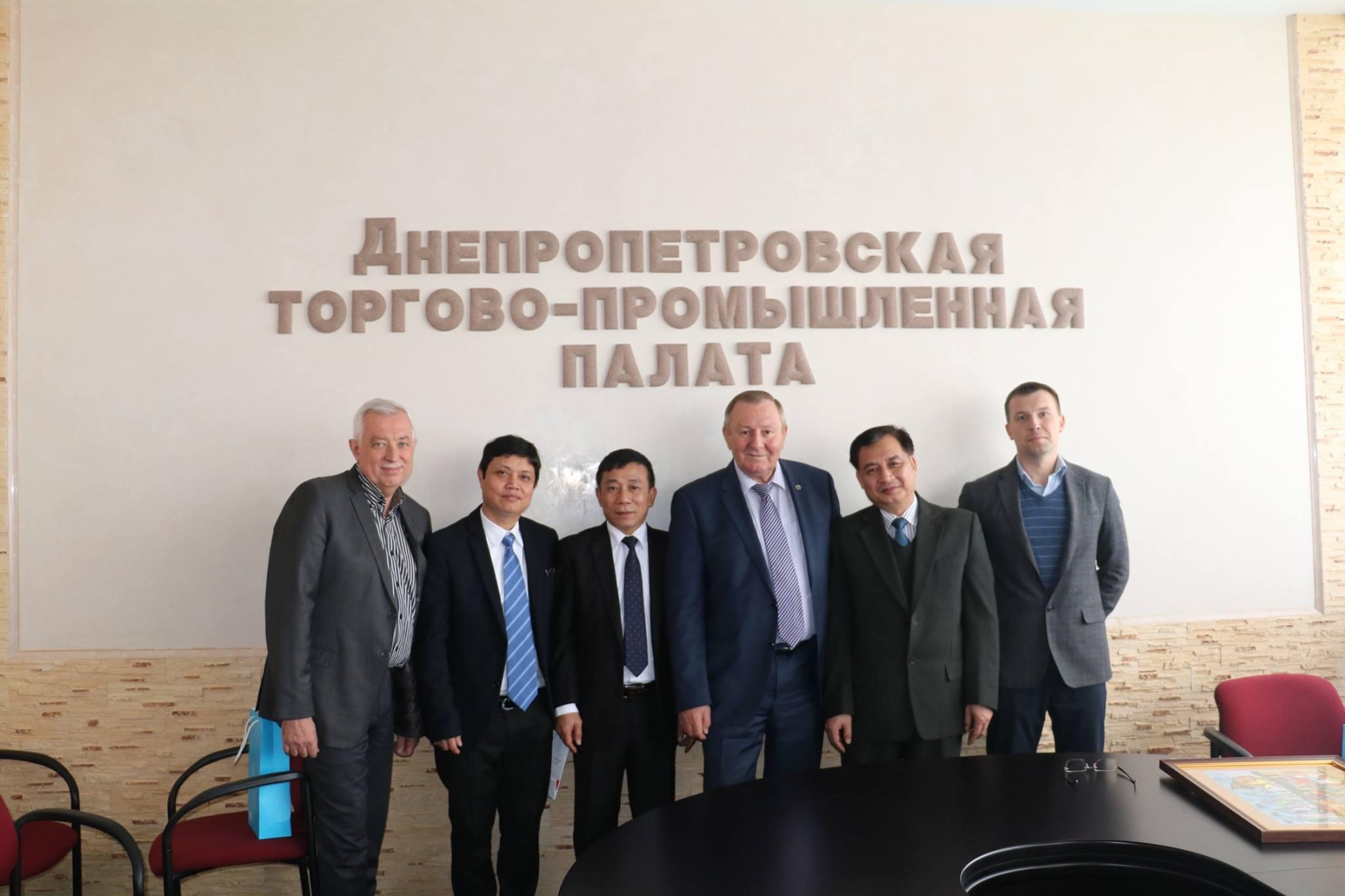 ĐSQ Việt Nam tại Ukraina thăm và làm việc tại tỉnh Dnhepr