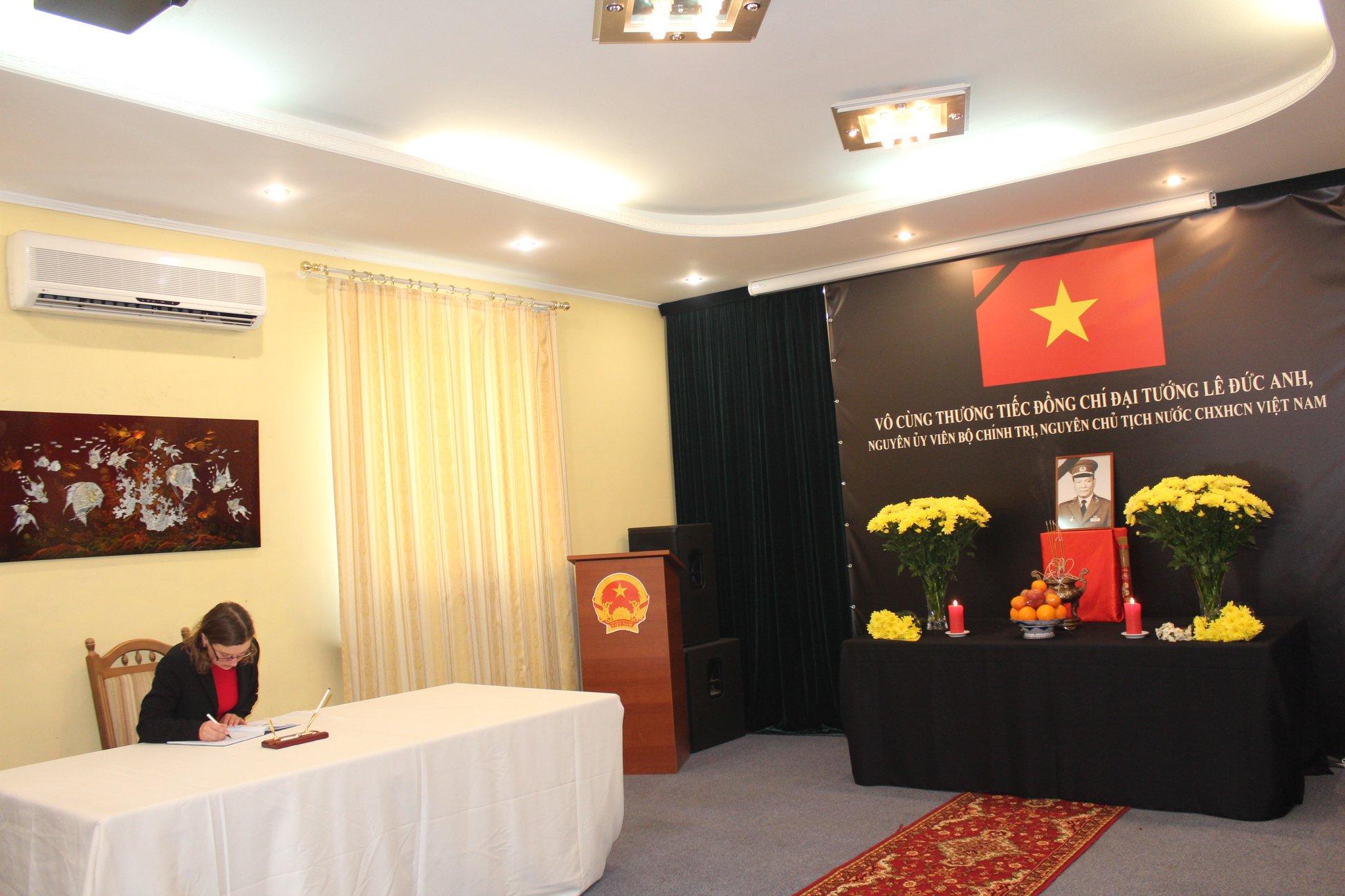 Đại sứ quán Việt Nam tại Ucraina mở sổ tang và tổ chức viếng đ/c Đại Tướng Lê Đức Anh