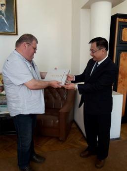 Đại sứ Việt Nam tại Ukraina thăm và làm việc tại thành phố Chernivtsi