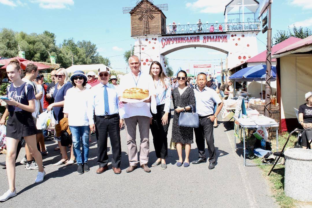 Đại sứ Nguyễn Anh Tuấn làm việc tại thành phố Kremenchuk và dự Khai mạc Hội chợ Sorochinsky 2019