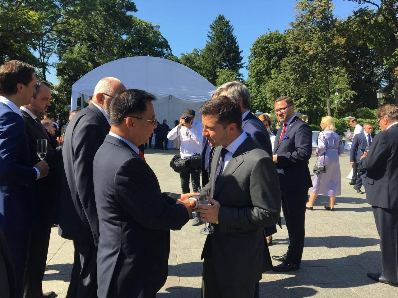 Đại sứ Nguyễn Anh Tuấn chào Tổng thống Zelensky nhân dịp Quốc khánh Ucraina