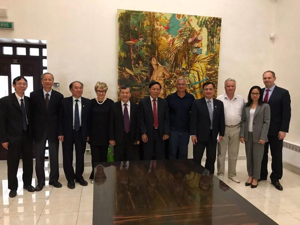 Đoàn Hội Hữu nghị Việt Nam - Ucraina thăm và làm việc với đại sứ quán