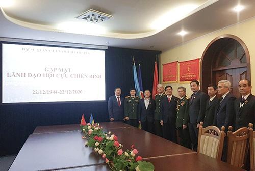 Đại sứ Nguyễn Hồng Thạch gặp mặt cán bộ Cơ quan Tùy viên Quốc phòng và đại diện Hội Cựu chiến binh Việt Nam tại Ucraina nhân dịp 76 năm thành lập QĐND Việt Nam và 31 năm Ngày hội Quốc phòng toàn dân (22/12)