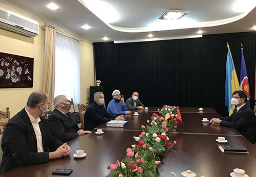 Đại sứ Nguyễn Hồng Thạch làm việc với Hội hữu nghị Ucraina - Việt Nam